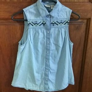 Sleeveless denim shirt.